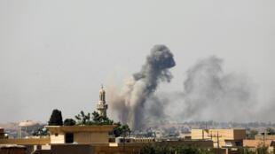 الدخان يتصاعد من مدينة الموصل القديمة بعد غارة جوية