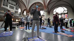 مسلمون يؤدون الصلاة داخل كنيسة في برلين
