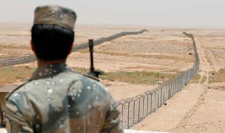 جندي سعودي على الحدود مع العراق (الصورة من رويترز)