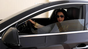 سائقة   سعودية مرخصة حديثًا ، تجلس في سيارتها أثناء تجربة تجريبية في مدينة جدة الساحلية المطلة على البحر الأحمر في 23 يونيو 2018 ،