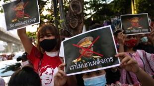 مظاهرات ضد الانقلاب الذي حصل في بورما أمام سفارة البلاد في بانكوك