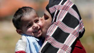 الأم الفلسطينية تستقبل ابنها بفرح بعد خضوعه للعملية وحيدا في إسرائيل