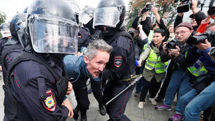 اعتقال الشرطة أحد المشاركين في مظاهرة تدعو إلى تسجيل مرشحي المعارضة في انتخابات مجلس مدينة دوما-