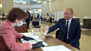 بوتين يدلي بصوته في استفتاء تعديل الدستور الروسي