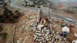 لاجئون ينصبون خيمات في منطقة باقرحا الأثرية في سوريا