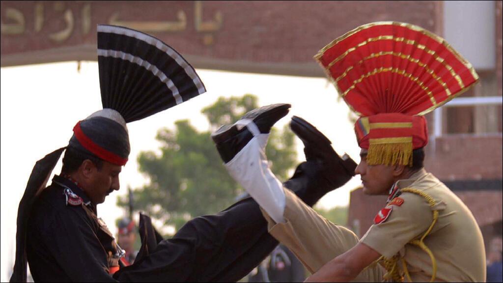 عنصران من حرسي الحدود الهندي والباكستاني خلال استعراض احتفالي مشترك قرب معبر واجكه الحدودي في 1 حزيران 2015