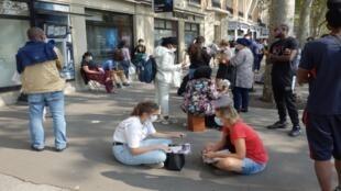فرنسيون يضعون الكمامة