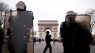رجال الأمن الفرنسي أمام قوس النصر في باريس