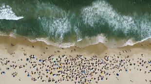 شاطئ إيبانيما في مدينة ريو دي جانيرو البرازيلية