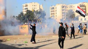 محتجون عراقيون يرشقون السفارة الأمريكية بالحجارة  وسط كمّ هائل من الغاز المسيل للدموع