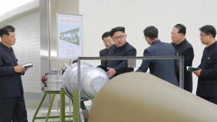 الزعيم الكوري الشمالي كيم جونغ-اون  قبل اطلاق الصاروخ 20170903