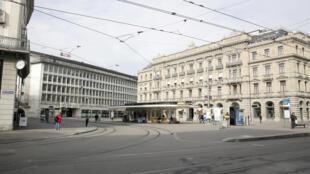 الشوارع والساحات العامة تكاد تكون خالية من المارة في سويسرا