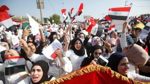 يهتف طلاب المدارس بشعارات أثناء مشاركتهم في احتجاج على الفساد ونقص الوظائف وضعف الخدمات بالقرب من مبنى المحافظة في البصرة-