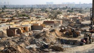عمليات الهدم الجارية للمقابر وأعمال بناء جسر علوي جديد يمر عبر مقبرة البساتين جنوب القاهرة القديمة التاريخية