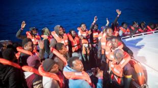 Des-migrants_-transférés-_navire-humanitaire-Sea-Watch-_-navire-de-la-marine-italienne_-l'île_-Lampedusa_-Italie