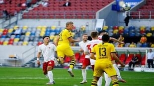 إيرلينج هالاند يحرز هدف الفوز لروسيا دورتموند في مرمى فورتونا دوسلدورف في مباراة الفريقين دوري الدرجة الأولى الألماني لكرة القدم يوم السبت 13 يونيو 2020