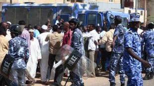 عناصر من القوات الأمنية السودانية في الخرطوم في كانون الأول 2019