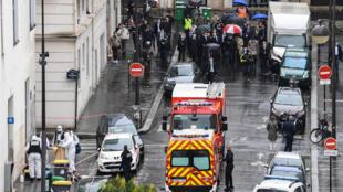 مقر جريدة شارلي إيبدو في باريس حيث حصل الاعتداء بالسكين على أشخاص أمام المكان في 25 سبتمبر 2020