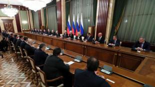 الرئيس الروسي فلاديمير بوتين ورئيس الوزراء ميخائيل ميشوستن يلتقيان بأعضاء الحكومة الجديدة في موسكو في 21 يناير 2020.