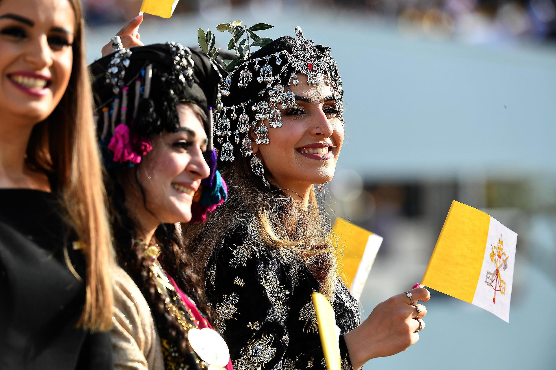 iraqi_kurdish_women_welcoming_pope