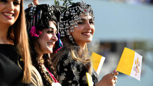 iraqi_kurdish_women_welcoming_pope