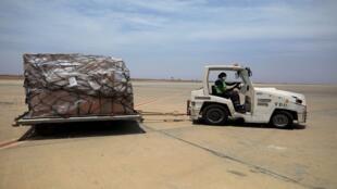 """مساعدات طبية من مؤسسة """"علي بابا"""" والملياردير الصيني """"جاك ما"""" لإفريقيا في إطار محاربة فيروس كورونا، مطار تايي، السنغال"""