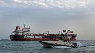 زورق تابع للحرس الثوري الايراني الى جانب ناقلة النفط البريطانية المحتجزة