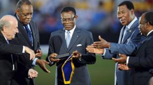 رئيس دولة غينيا الاستوائية في الوسط مع جوزيف بلاتر رئيس الاتحاد الدولي لكرة القدم عام 2012