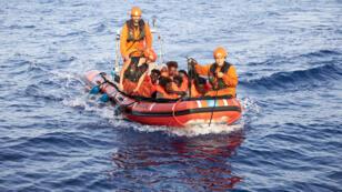 يتم إجلاء المهاجرين من قبل طاقم سفينة الإنقاذ آلان كردي-