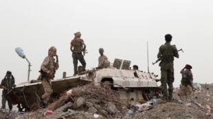 انفصاليون يمنيون بعد اشتباك في عدن مع القوات الموالية