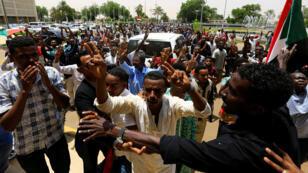 الشعب السوداني يحتفل بتوقيع إعلان دستوري-