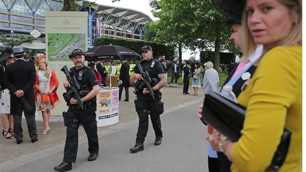 عناصر من الشرطة البريطانية أثناء قيامهم بدورية