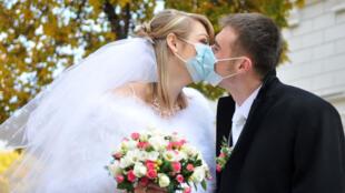 أثناء حفل زفاف في مدينة لفيف الأوكرانية