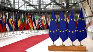 أعلام الاحاد الأوروبي وخلفها أعلام الدول الاعضاء في الاتحاد
