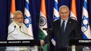 رئيس الوزراء الهندي ناريندرا مودي يصافح نظيره الإسرائيلي بنيامين نتانياهو في القدس 4 يوليو 2017.