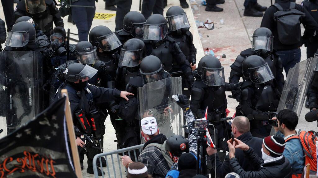الشرطة الأمريكية خلال اقتحام المتظاهرين لمبنى الكونغرس