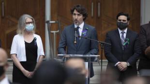 رئيس الوزراء الكندي جاستن ترودو يتحدث من المنصة في وقفة احتجاجية لضحايا هجوم السيارة المميت على خمسة أعضاء من الجالية المسلمة الكندية في أونتاريو، كندا، يوم الثلاثاء 8 يونيو 2021.