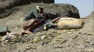 مقاتل موال للحكومة اليمنية في جبهة القتال ضد مقاتلي الحوثي في محافظة لحج الجنوبية 30 أكتوبر 2015.
