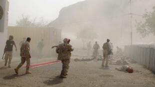 جنود يرقدون على الأرض بعد هجوم صاروخي على عرض عسكري في عدن-