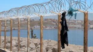 دخول 30 مهاجرا إلى جيب مليلية من المغرب