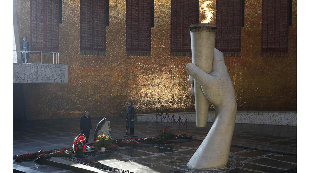 الرئيس الروسي بوتين يضع باقة من الزهر أمام النصب التذكاري على تلة مامايف كورغان في مدينة فولفوغراد (ستالينغراد سابقا)