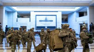 وصول تعزيزات أمنية من الحرس الوطني إلى مبنى الكابيتول في واشنطن يوم 13 يناير 2012