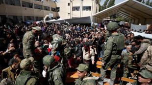مدنيون يخرجون من الغوطة
