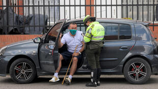 شرطي يسطر محضر ضبط بحق أحد مخالفي الحجر الصحي