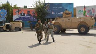 تقوم قوات الأمن الأفغانية بدوريات أثناء هجوم طالبان