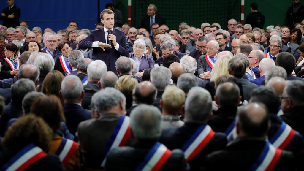 الرئيس الفرنسي يفتتح النقاش الوطني في غران بورترود في منطقة النورماندي شمال غرب فرنسا