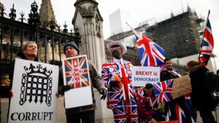 متظاهرون يحملون لافتات خارج البرلمان في وستمنستر ، لندن-