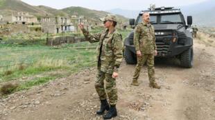 رئيس أذربيجان إلهام علييف وزوجته في ناغورني قرة باغ