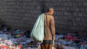 مواطن يمني يبحث في القمامة عن مواد صالحة للاستخدام 19-10-2017