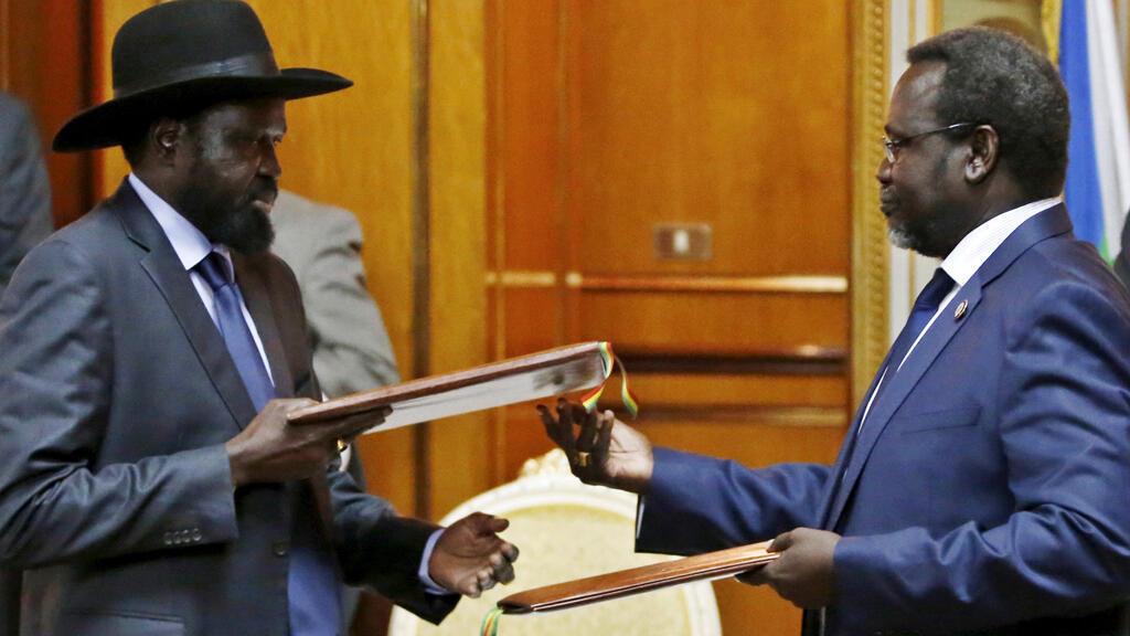 رئيس جنوب السودان سيلفا كير مع زعيم المتمردين ريك مشار